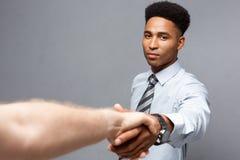 企业概念-握手的两个确信的商人特写镜头在会议期间 库存照片