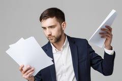 企业概念-画象英俊商人严肃与年终报告一起使用 查出的空白背景 复制空间 免版税库存照片