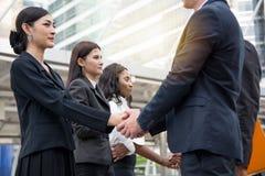 企业概念-谈和握手的商人对creat 免版税图库摄影