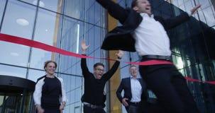 企业横穿终点线人们 股票视频