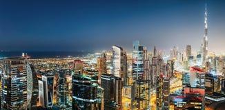企业海湾,迪拜,阿联酋 与世界最高的摩天大楼的五颜六色的夜间地平线 免版税库存图片