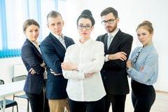 他们企业照相机不同的五名查找的成员纵向微笑的成功的小组 免版税库存照片