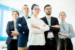 他们企业照相机不同的五名查找的成员纵向微笑的成功的小组 库存图片