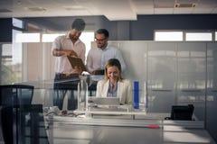 企业生意人服务台下来集中倾斜看起来中间办公室一人被安置的有选择性的三二whiteboard运作的文字 两个商人hav 库存照片