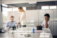 企业生意人服务台下来集中倾斜看起来中间办公室一人被安置的有选择性的三二whiteboard运作的文字 两个商人wor 库存图片