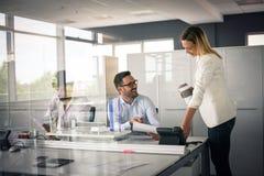 企业生意人服务台下来集中倾斜看起来中间办公室一人被安置的有选择性的三二whiteboard运作的文字 两个商人rea 图库摄影