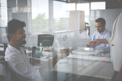 企业生意人服务台下来集中倾斜看起来中间办公室一人被安置的有选择性的三二whiteboard运作的文字 库存照片