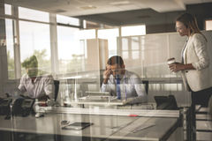 企业生意人服务台下来集中倾斜看起来中间办公室一人被安置的有选择性的三二whiteboard运作的文字 图库摄影
