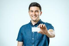 企业生意人看板卡偶然接近的深度域故意地集中年轻人的现有量藏品浅射击 免版税库存照片