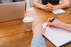 企业生意人cmputer服务台膝上型计算机会议微笑的联系与使用妇女 在工作场所递特写镜头 库存图片