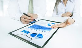 企业生意人cmputer服务台膝上型计算机会议微笑的联系与使用妇女 小组商人与文件一起使用 库存图片