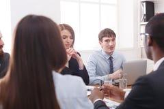 企业生意人cmputer服务台膝上型计算机会议微笑的联系与使用妇女 年轻成功的雇员听反馈在办公桌 免版税库存照片