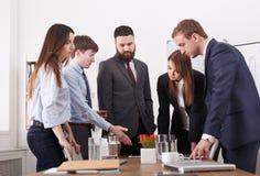 企业生意人cmputer服务台膝上型计算机会议微笑的联系与使用妇女 年轻队在桌附近的现代办公室 3d背景镜象人寿保险业白色 免版税库存照片