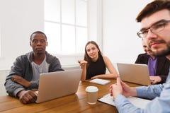 企业生意人cmputer服务台膝上型计算机会议微笑的联系与使用妇女 年轻队在现代办公室 免版税图库摄影