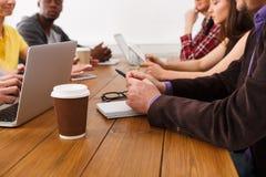 企业生意人cmputer服务台膝上型计算机会议微笑的联系与使用妇女 年轻队在现代办公室 库存照片