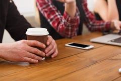 企业生意人cmputer服务台膝上型计算机会议微笑的联系与使用妇女 年轻队在现代办公室 免版税库存图片