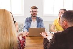 企业生意人cmputer服务台膝上型计算机会议微笑的联系与使用妇女 年轻队在现代办公室 免版税库存照片
