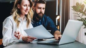 企业生意人cmputer服务台膝上型计算机会议微笑的联系与使用妇女 配合 坐在膝上型计算机前面的桌上的女实业家和商人,运转 网上营销 图库摄影