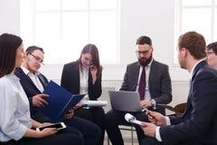 企业生意人cmputer服务台膝上型计算机会议微笑的联系与使用妇女 经理男性和女性在现代办公室,在工作场所合作友好的讨论 3d背景镜象人寿保险业白色 图库摄影
