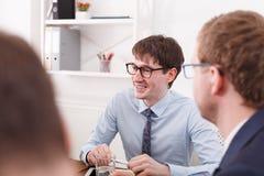企业生意人cmputer服务台膝上型计算机会议微笑的联系与使用妇女 在办公桌的年轻成功的employeereports介绍 库存图片