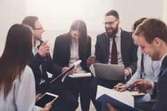 企业生意人cmputer服务台膝上型计算机会议微笑的联系与使用妇女 年轻商人和妇女在现代办公室 免版税图库摄影