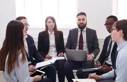 企业生意人cmputer服务台膝上型计算机会议微笑的联系与使用妇女 年轻商人和妇女在现代办公室 免版税库存照片