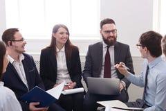 企业生意人cmputer服务台膝上型计算机会议微笑的联系与使用妇女 年轻商人和妇女在现代办公室 图库摄影