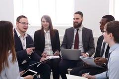 企业生意人cmputer服务台膝上型计算机会议微笑的联系与使用妇女 年轻商人和妇女在现代办公室 免版税库存图片