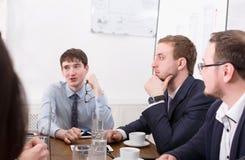 企业生意人cmputer服务台膝上型计算机会议微笑的联系与使用妇女 年轻商人在办公室 图库摄影