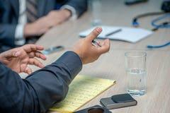 企业生意人cmputer服务台膝上型计算机会议微笑的联系与使用妇女 坐在桌上的确信的商人在 免版税图库摄影