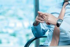 企业生意人cmputer服务台膝上型计算机会议微笑的联系与使用妇女 坐在桌上的确信的商人在 库存照片