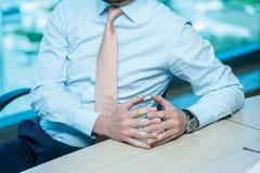 企业生意人cmputer服务台膝上型计算机会议微笑的联系与使用妇女 坐在桌上的确信的商人在 免版税库存图片