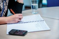 企业生意人cmputer服务台膝上型计算机会议微笑的联系与使用妇女 坐在桌上的确信的商人 库存图片