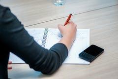 企业生意人cmputer服务台膝上型计算机会议微笑的联系与使用妇女 坐在桌上的确信的商人 免版税库存图片