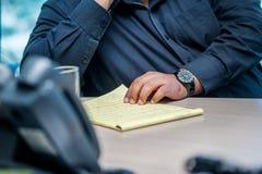 企业生意人cmputer服务台膝上型计算机会议微笑的联系与使用妇女 坐在桌上的确信的商人 免版税库存照片