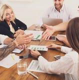 企业生意人cmputer服务台膝上型计算机会议微笑的联系与使用妇女 年轻行家商人和妇女在现代办公室 免版税图库摄影