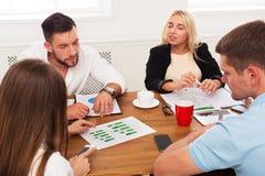 企业生意人cmputer服务台膝上型计算机会议微笑的联系与使用妇女 年轻行家商人和妇女在现代办公室 免版税库存图片
