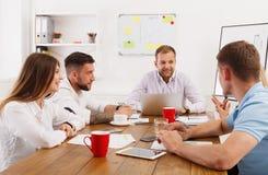 企业生意人cmputer服务台膝上型计算机会议微笑的联系与使用妇女 年轻行家商人和妇女现代的 图库摄影