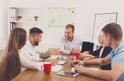 企业生意人cmputer服务台膝上型计算机会议微笑的联系与使用妇女 年轻行家商人和妇女现代的 免版税库存图片