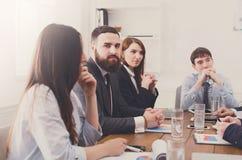 企业生意人cmputer服务台膝上型计算机会议微笑的联系与使用妇女 青年人在现代办公室 免版税库存图片
