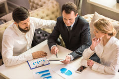 企业生意人cmputer服务台膝上型计算机会议微笑的联系与使用妇女 免版税库存照片