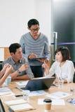 企业生意人cmputer服务台膝上型计算机会议微笑的联系与使用妇女 库存照片