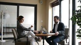 企业生意人cmputer服务台膝上型计算机会议微笑的联系与使用妇女 股票视频