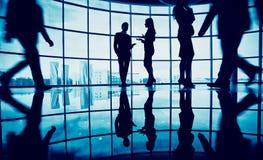 企业生意人coffeeb计算机膝上型计算机人寿保险业秘书服务微笑的工作 库存图片