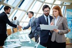 企业生意人coffeeb计算机膝上型计算机人寿保险业秘书服务微笑的工作 免版税图库摄影