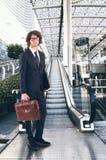 企业生意人coffeeb计算机膝上型计算机人寿保险业秘书服务微笑的工作 免版税库存图片