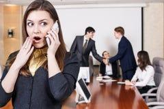 企业电话告诉妇女 图库摄影