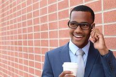 企业电话采访的年轻英俊的非裔美国人的律师一个新的工作的 库存图片