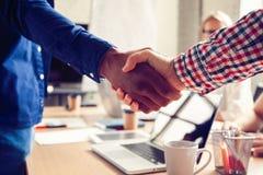 企业男性合作握手概念 照片两供以人员握手过程 在巨大会议以后的成功的成交 图库摄影