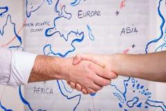 企业男性合作握手概念 照片两供以人员握手过程 在巨大会议以后的成功的成交 免版税库存照片